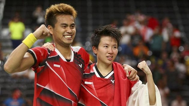 Indonéští badmintonisté Tontowi Ahmad a Liliyana Natsirová se radují z vítězství na olympiádě.