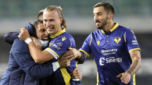Antonín Barák (uprostřed) z Verony se raduje z gólu proti Beneventu.
