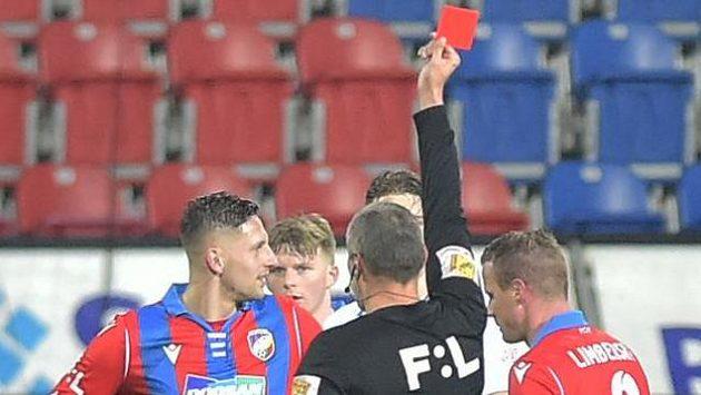 Filip Kaša z Plzně dostává červenou kartu v utkání 18. kola první fotbalové ligy.