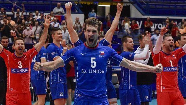 Čeští volejbalistése radují z vítězství. Uprostřed je Adam Zajíček.