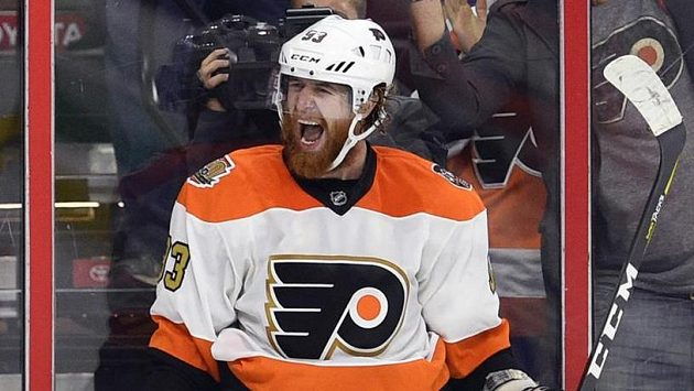 Jakub Voráček z Philadelphie jásá, rozhodl souboj s Detroitem.