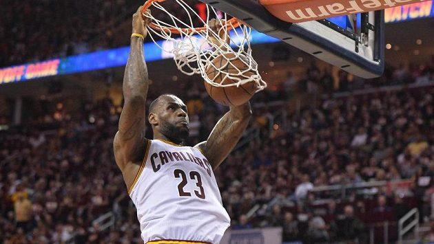LeBron James z Clevelandu dává koš ve třetím finále play off NBA proti Golden State.