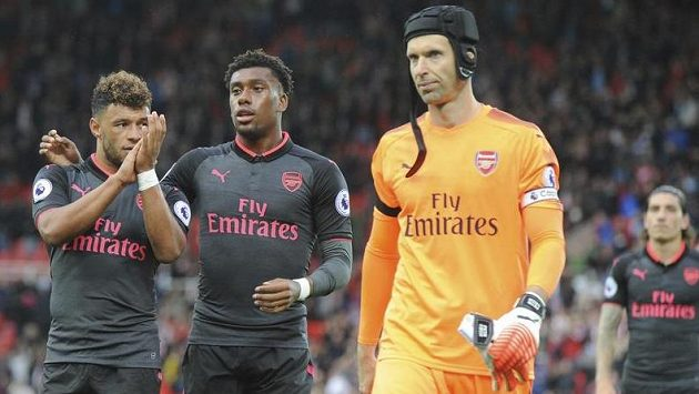 Ilustrační snímek. Zleva Alex Oxlade-Chamberlain, Alex Iwobi a Petr Čech po porážce Arsenalu na hřišti Stoke.