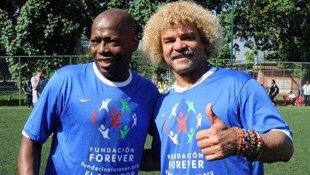 Bývalí vynikající kolumbijští fotbalisté Faustino Asprilla (vlevo) a Carlos Valderrama během letní charitativní akce v Riu de Janeiro.