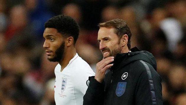 Fotbalový reprezentant Anglie Joe Gomez a trenér Gareth Southgate se chystají ke střídání během kvalifikačního utkání proti Černé Hoře