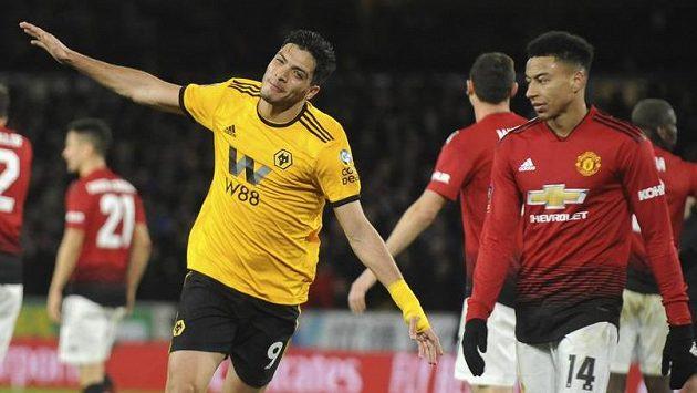 Raúl Jiménez z Wolverhamptonu se raduje z gólu proti Manchesteru United. Vpravo záložník Red Devils Jesse Lingard.