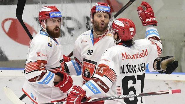 Hráči Hradce Králové se radují z branky, uprostřed autor gólu Vladimír Růžička mladší.