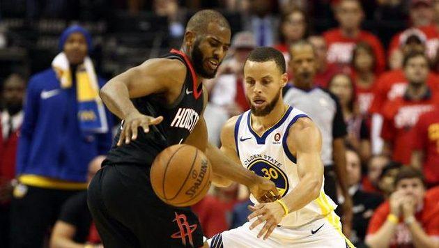 Stephen Curry (30) z Golden State a Chris Paul (3) z Houstonu.
