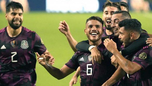 Fotbalisté Mexika se radují z branky
