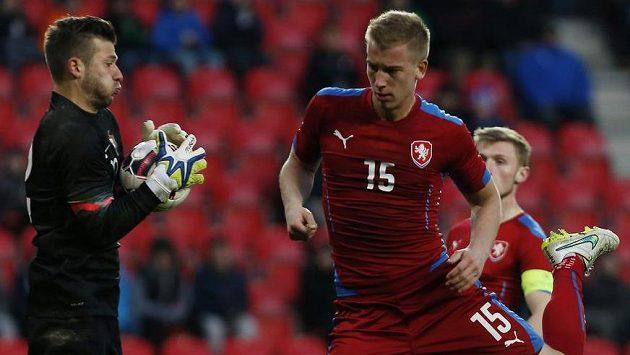 Reprezentační obránce do 21 let Jan Baránek před brankářem Portugalska Danielem Fernandesem.