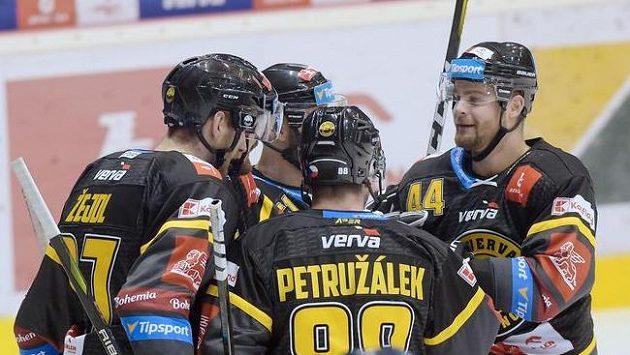 Hráči Litvínova se radují z gólu proti Zlínu.