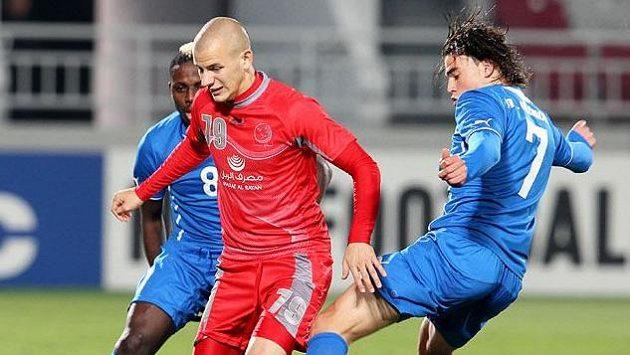 Slovenský fotbalista Vladimír Weiss mladší (v červeném).