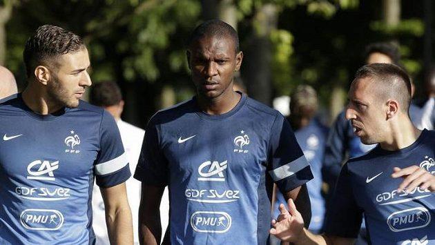 Francouzský obránce Eric Abidal (uprostřed) na tréninku fotbalové reprezentace.