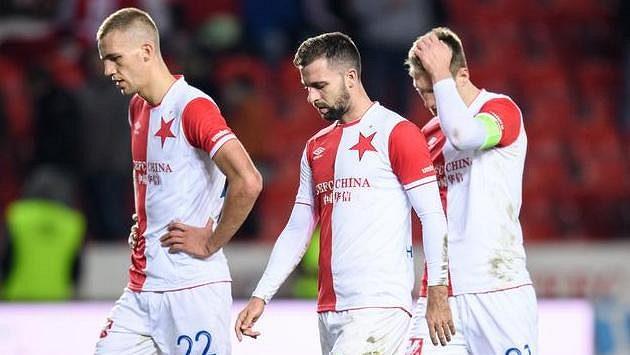 Zklamaní fotbalisté Slavie (zleva) Tomáš Souček, Josef Hušbauer a Milan Škoda.