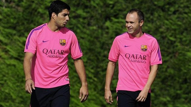Andrés Iniesta (vpravo) na tréninku Barcelony s Luisem Suárezem.