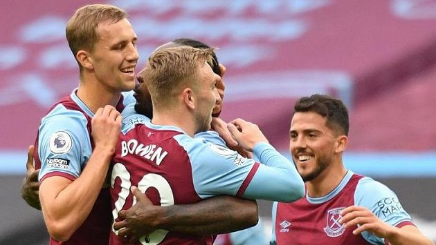 Radost fotbalistů West Hamu United po vstřelené brance v utkání proti Manchesteru City. Slaví i Tomáš Souček.
