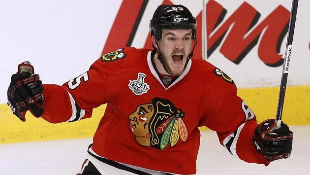 Andrew Shaw z Chicaga se raduje se své trefy, jíž ve třetím prodloužení úvodního finále Stanley Cupu rozhodl o výhře Blackhawks nad Bostonem.