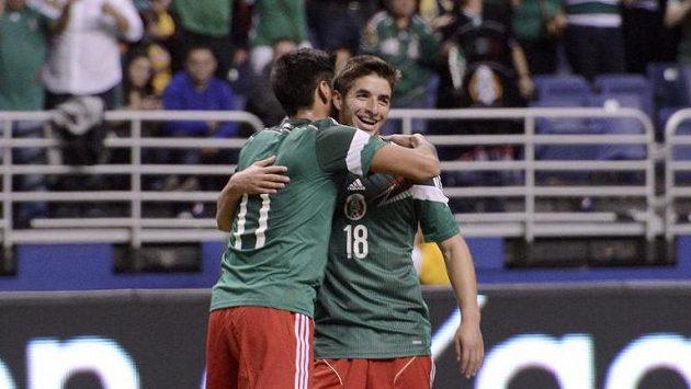 Hráči Mexika Alan Pulido (zády) a Isaac Brizuela se radují z gólu v přátelském utkání s Jižní Koreou.