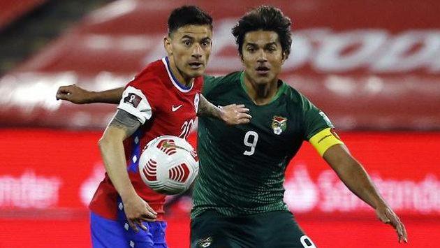 Bolivijský útočník Marcelo Martins (vpravo) v souboji s Charlesem Aranguizem z Chile.