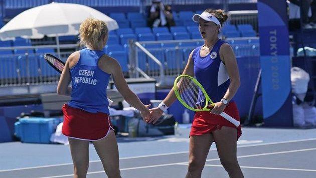Barbora Krejčíková (vpravo) s Kateřinou Siniakovou ve čtvrtfinále čtyřhry
