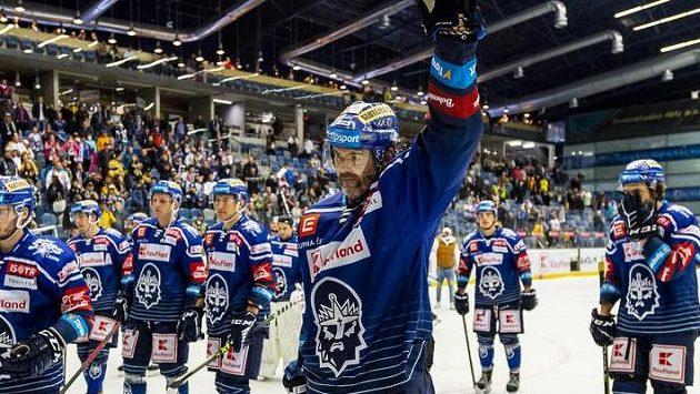 Hráči Kladna se radují z vítězného utkání, vpředu Jaromír Jágr z Kladna.