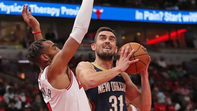 Tomáš Satoranský útočí na koš v přípravě na novou sezonu NBA.