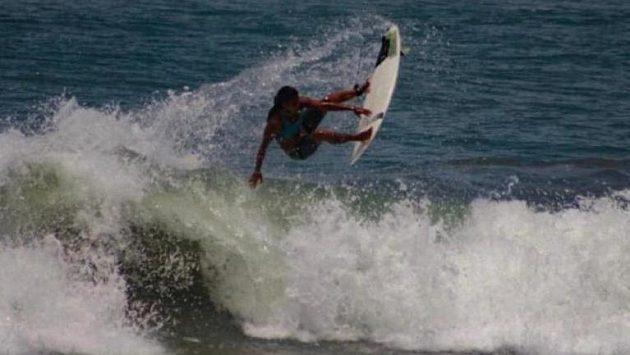 Brazilská surfařka Luzimara Souzaová zemřela po zásahu bleskem.