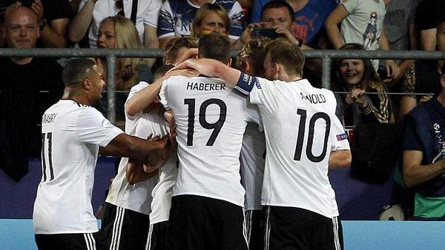 Radost německých fotbalistů ve finále EURO hráčů do 21 let poté, co vstřelil Mitchell Weiser vedoucí gól do sítě Španělska.