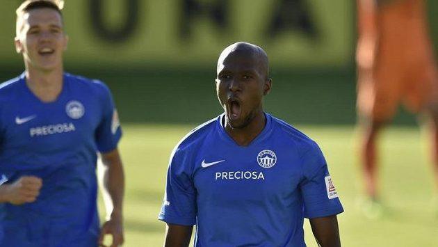 Střelec Kamso Mara z Liberce se raduje z gólu z penalty.