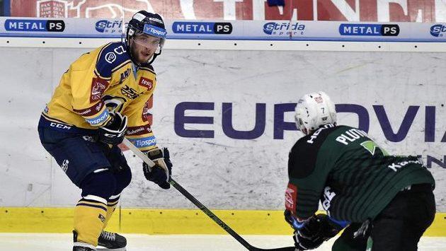Zleva Antonín Honejsek ze Zlína a Michal Plutnar z Karlových Varů během utkání 14. kola hokejové extraligy