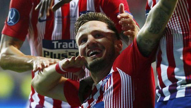 Saúl Ňiguez z Atlética Madrid slaví trefu ve finále Superpoháru UEFA.