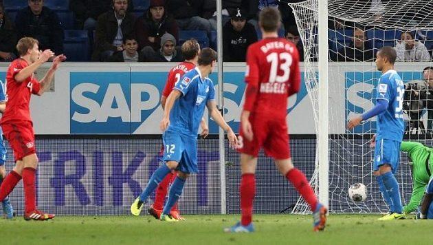 Útočník Bayeru Stefan Kiessling (vlevo) se raduje z gólu, který neměl platit. Míč po jeho hlavičce totiž prošel do branky Hoffenheimu trhlinou v boční síti.