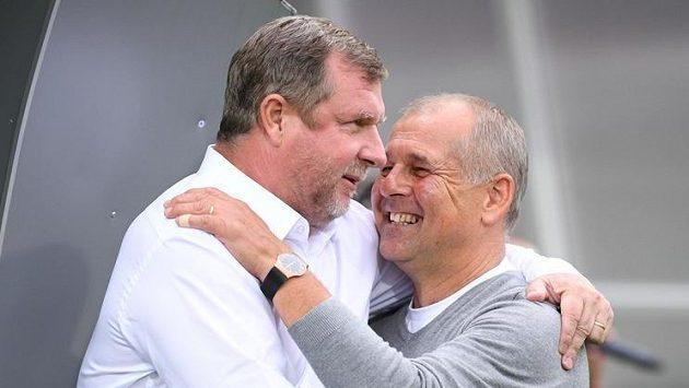Přátelské setkání dvou bývalých trenérů české reprezentace - Pavel Vrba (vlevo) a Petr Rada.
