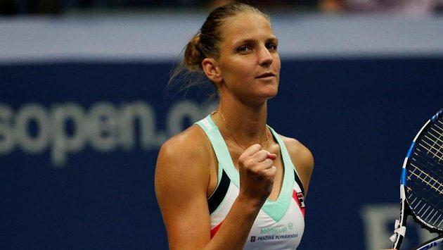 Vítězné gesto Karolíny Plíškové na konci zápasu 1. kola US Open proti Polce Linettové.