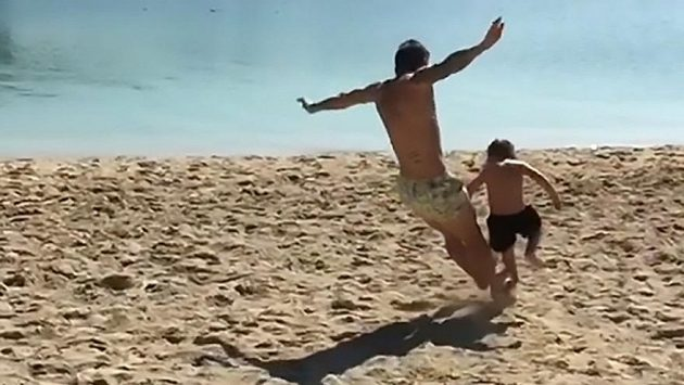 Hrátky Alejandra Gómeze se synkem na pláži mohly skončit vážným zraněním.