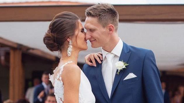 Milan Škoda se oženil s dlouholetou přítelkyní Terezou.