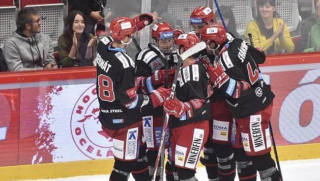 Hráči Třince se radují z prvního gólu, který vstřelil Petr Vrána (druhý zleva) z Třince.