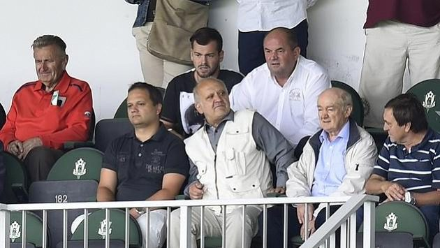 Bývalý předseda Fotbalové asociace České republiky Miroslav Pelta (v bílé košili). Ilustrační snímek.