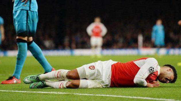 Zraněný Alex Oxlade-Chamberlain v zápase s Barcelonou v úvodním osmifinálovém duelu Ligy mistrů.