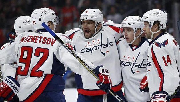 Radost z gólu hokejistů Washingtonu. Alexandr Ovečkin (uprostřed) se ze svého gólu už téměř měsíc neradoval.