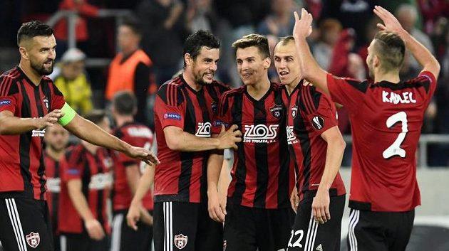 Fotbalisté Trnavy oslavují trefu Matěje Oravce (uprostřed). Druhým zleva je český záložník Jakub Rada.