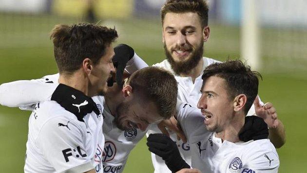 Hráči Slovácka se radují z gólu.