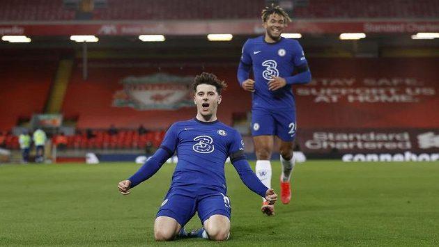 Mason Mount z Chelsea se raduje z gólu proti Liverpoolu.
