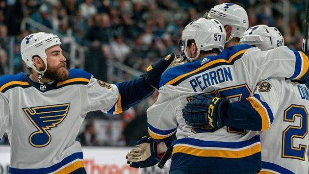 Hokejisé St. Louis se radují z branky v zápase proti San Jose