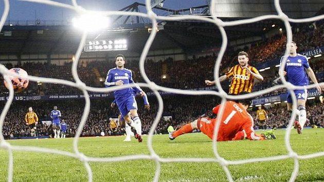 Bradfordský Mark Yeates (uprostřed) překonává Petra Čecha v brance Chelsea...