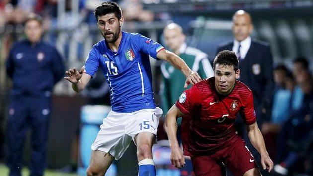 Ital Marco Benassi (vlevo) a Portugalec Raphael Guerreiro.