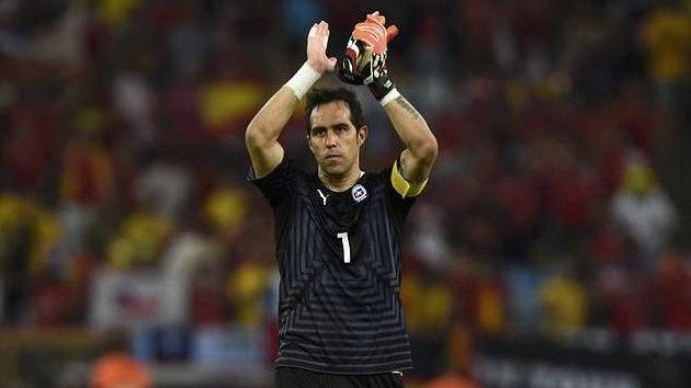 Brankář Claudio Bravo je dlouholetou oporou chilské reprezentace, teď dostane možnost ukázat své umění i v brance Barcelony.