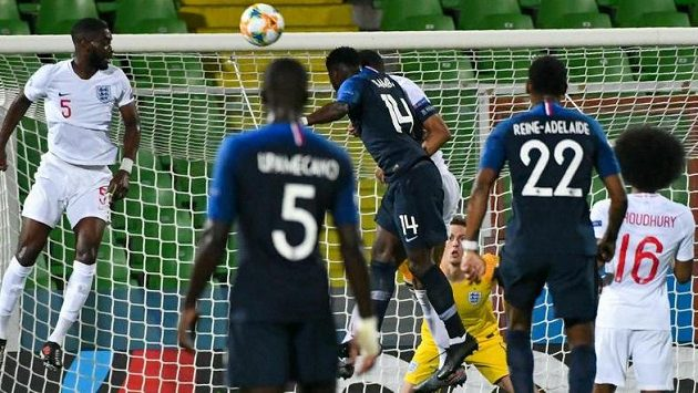 Francoužští fotbalisté otočili zápas dvěma góly v závěru