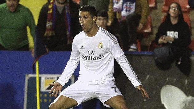 Cristiano Ronaldo z Realu Madrid oslavuje gól na půdě Levante.