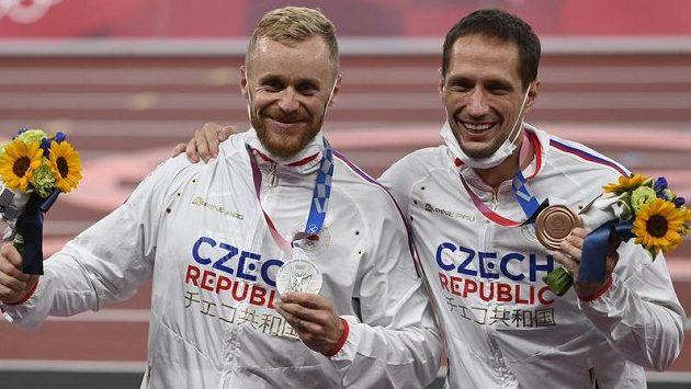Zleva Jakub Vadlejch se stříbrnou a Vítězslav Veselý s bronzovou medailí.